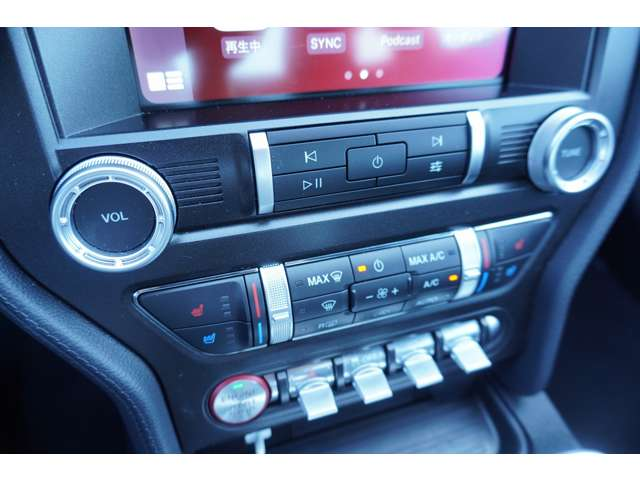 アップルカープレイ装備!お持ちのスマートフォンを繋いで頂くとそのまま車内の画面上でお使いいただけます。
