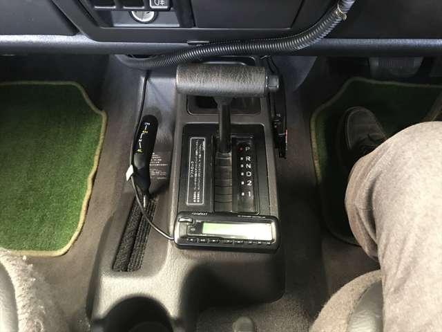 シフトレバーと2WD4WD切り替えのレバーです。シフトレバーは大きく握りやすいですよ。