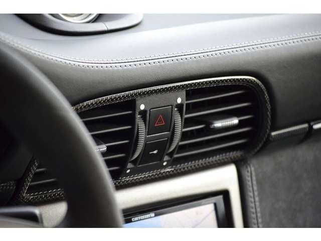 エアコン吹き出し口はレザーとカーボンのコンビ素材で仕上げられています。