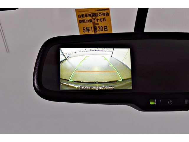 リヤビューモニター付ルームミラー装備!シフトを「R(後退)」に入れると、車両後方の映像をルームミラーに表示。後退時のステアリング操作の目安となるラインも表示し車庫入れをサポートします。
