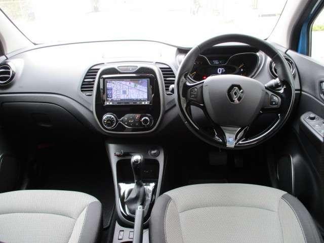 明るく広々とした運転席!着座位置は少し高めなので視認性に優れ、とても運転し易くなっています。