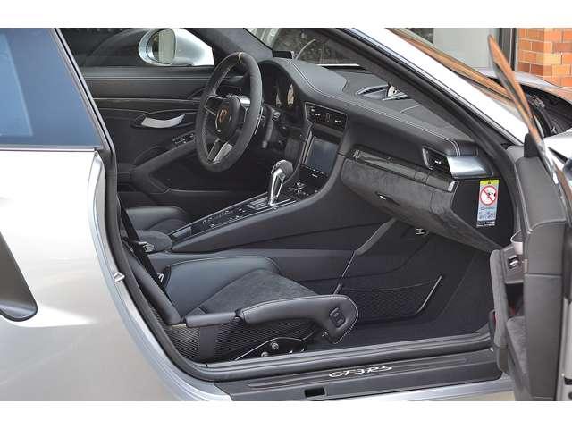 軽量フルバケットシート、レザーインテリアが選択されています。