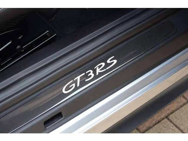 GT3RS発光式カーボンドアシルガードが装備されています。
