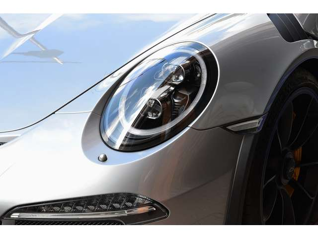 ブラックLEDヘッドライト、ボディカラー同色塗装ヘッドライトクリーニングシステム用ノズルが装備されています。