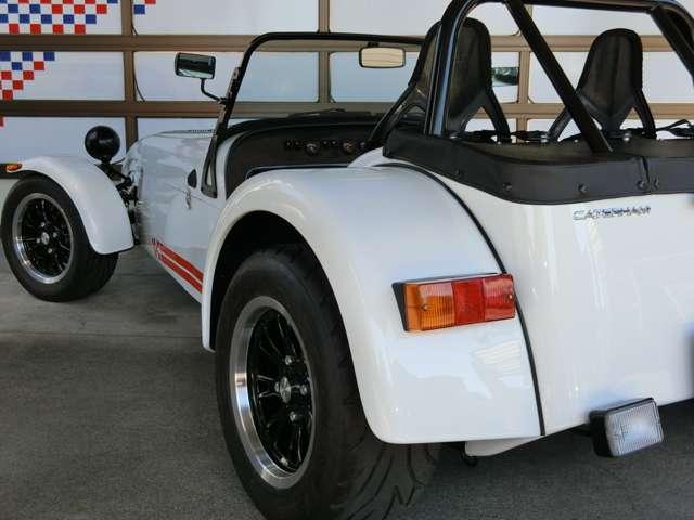 ワイドトラックサスペンション、LSD、ライトウェイトフライホイール、13インチアルミホイール、レースシート他走りの装備が充実のSEVEN270R。