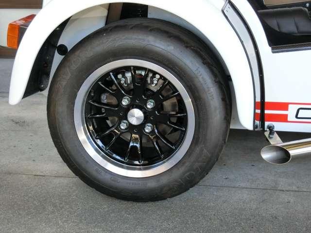 オプション設定の13インチ軽量アルミホィール、フロントはリム幅6.0Jに185/55R13タイヤを装着。リアはリム幅8.0Jに215/55R13タイヤを装着。