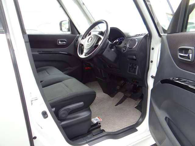 運転席周りは足元が広々のコラムシフトです。足元が広いと車が広く感じます。乗るならこのタイプがお勧めですよ!