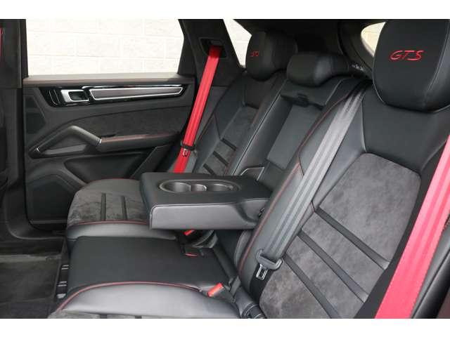 足元や天井にゆとりある空間を確保したリアシート!外部からの視線や太陽光から後部座席の方を保護するプライバシーガラスを装備!後部座席の方も快適にお過ごし頂けます!