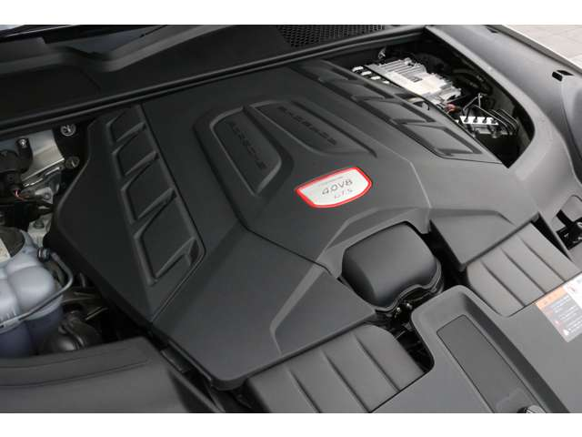 心臓部はカタログ値460馬力を誇る4,000CC V型8気筒ツインターボ搭載エンジン!快適で力強いドライブフィールを実現させます!
