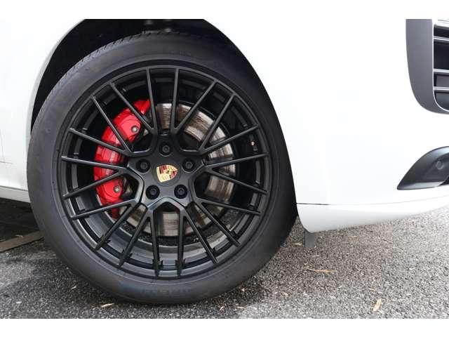 足元からスポーティーな印象を与えるRSスパイダーデザイン21インチアルミホイール!ポルシェならではの高性能ブレーキシステムにより快適なドライブをサポートします!