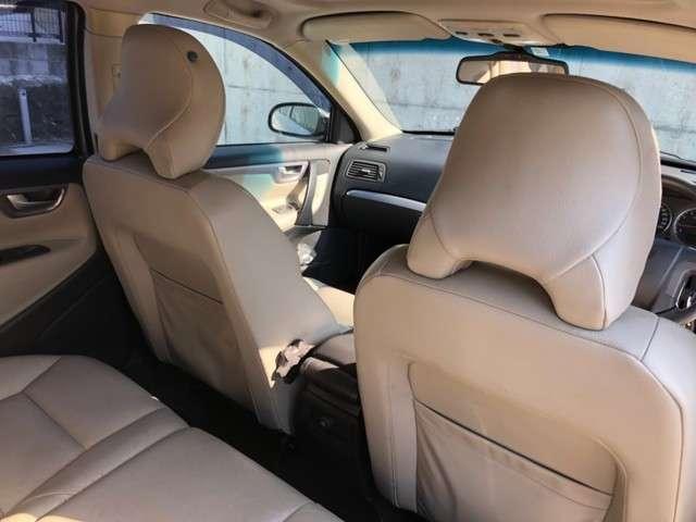 車内はシンプルでパネルもキレイな状態です。