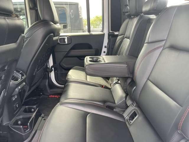 後席も十分なスペースがあるのでご家族、ご友人ともお気軽にドライブができます。