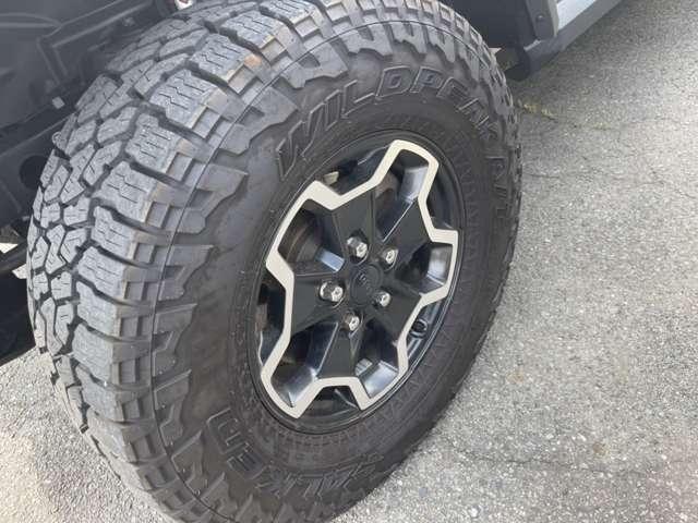 オプションの17Inch×7.5Inch Polished Black Aluminum Wheels
