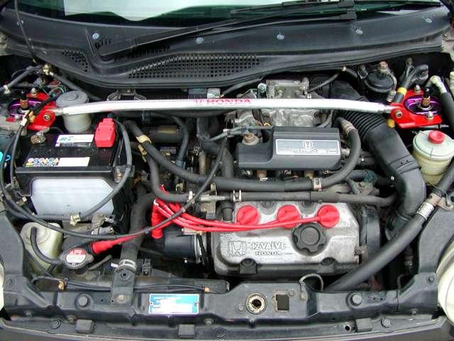 このMTRECは、同機構のスロットル開度とエンジン回転数とで燃料噴射量を制御方法(θTH-Ne)は、F1エンジン等でも使用されているもので、RSのみ3本スポークステアリング、タコメーター付きです。