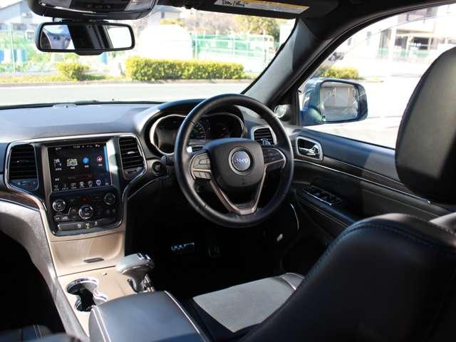 木目調インストルメントパネル・ドアパネルが装備されております。リミテッドグレード以上にはメモリー機能付きフロント8ウェイパワーシート(運転席)になります。自動防眩式ルームミラーも完備しております。