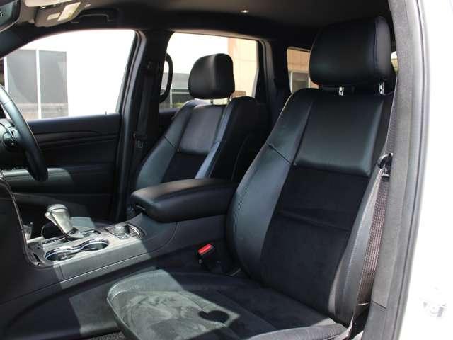 フロントシートはシートヒーターが装備されております。ブラックのスエードとレザーのコンビシートになります。