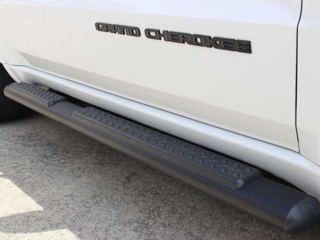 ランニングボードがカスタマイズされておりますので、乗り降りがしやすくなっております。