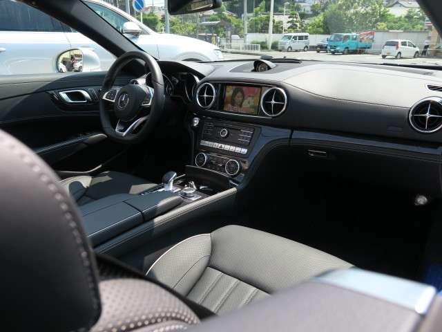 使用感の感じられないインテリアは新車の香りが漂っております。AMGフロアマットに変更済み!