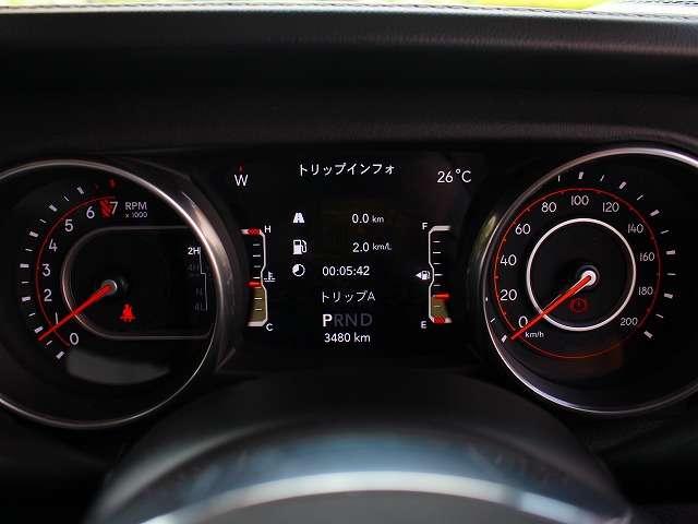 車両データがフルカラーで表示される7インチマルチディスプレイ。ステアリングホイール上のスイッチによりスムーズな操作が可能です。