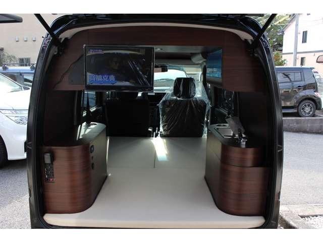 大型キャビネット(Dブラウンウッド)・LED天井照明・LEDサイド照明・後部ベッドマット(ベージュモケット)・コンパクトシンク・伸縮式シャワー(クロームメッキ)・1,5m伸縮式シャワー・各10L給排水タンク