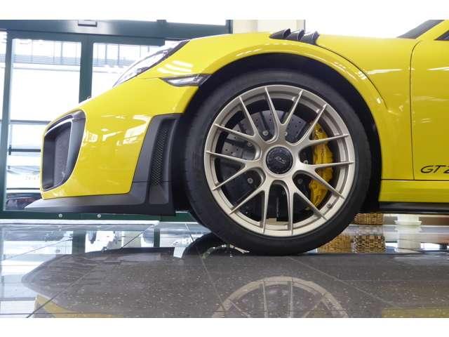 PCCBカーボンブレーキ、フロントリフトシステム採用