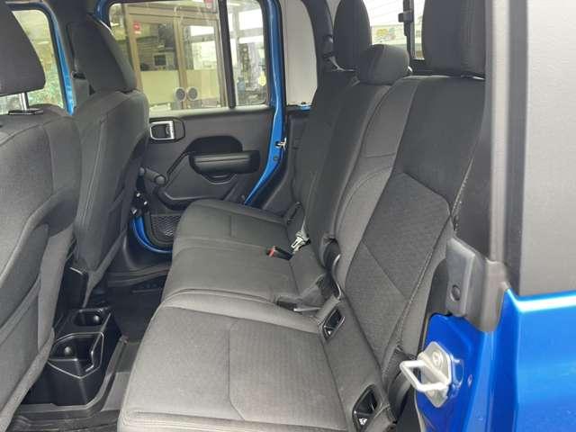 後席も十分なスペースがあるのでご家族、友人ともお気軽にドライブができます。