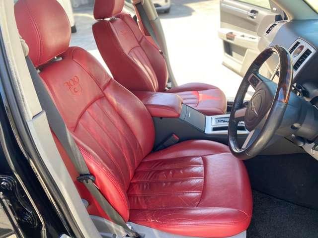珍しい赤革シートです!シートヒーターも装備されておりますので、冬も快適にお乗り頂けます。