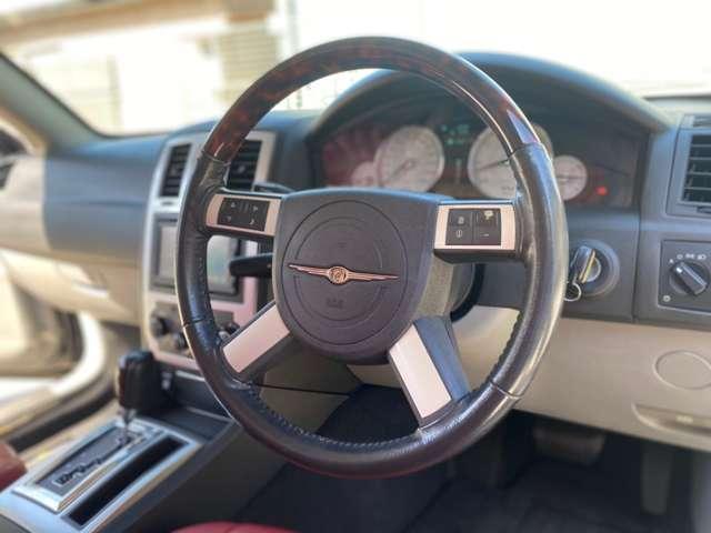 ステアリングスイッチ付きで運転中も素早くお使い頂けます。