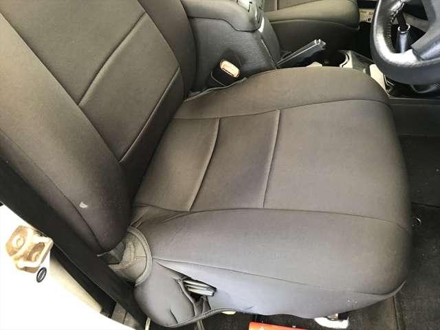 運転席シートのアップです。染みなどもなくキレイですね。