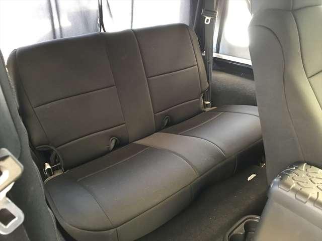 後部座席はあまり使われていなかった様で使用感を感じません。