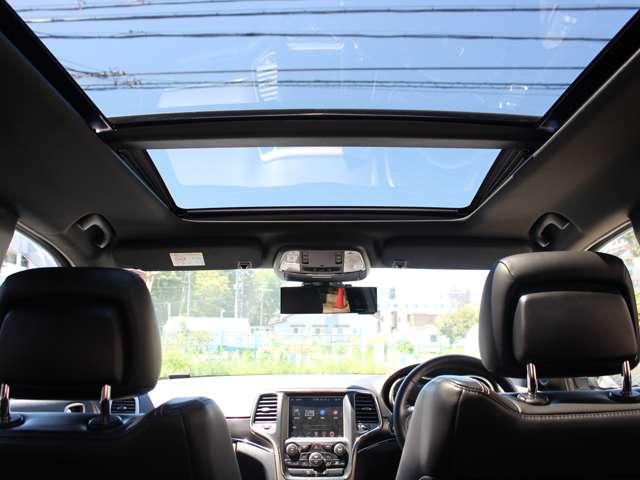 メーカーオプションになりますパノラミックサンルーフも装備されています。晴れの日はとても開放感あふれる車内となります。