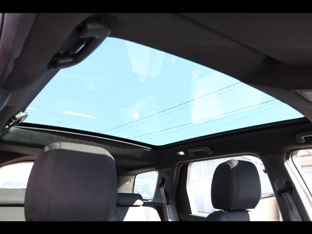 パノラミックルーフ(パワーサンブラインド付)。後席まで広がるパノラミックルーフは遮るものがなく、後席からもでも解放感たっぷりの仕様です。車内に明るい日差しを取り入れます。