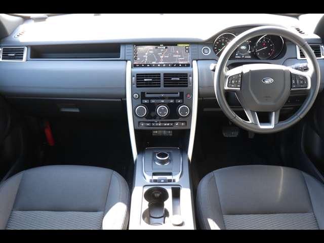 スッキリとしたコックピット。ドライバーが使いやすい配置になっております。また、シートもランドローバーのデザイン哲学が活かされた作りになっており、乗り心地もよくなっております。